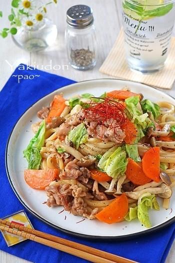 冷蔵庫にある野菜やお肉を使った、ボリューム満点の焼うどんなら、時間がない時でも簡単に用意できます。こちらのレシピはフライパンを使わずレンジだけで作るので、忙しい時のお助けレシピとしてもおすすめです。