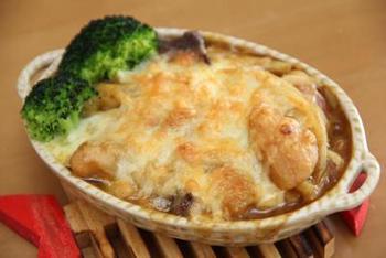 カレーとうどんを混ぜて、チーズをかけて焼いたカレーうどんグラタン。カレーが残った時はカレーうどんにアレンジするのが定番ですが、それに飽きたらグラタンにするのも◎レトルトのカレーを使うと、ストック食品だけで立派な一品が完成しますね。
