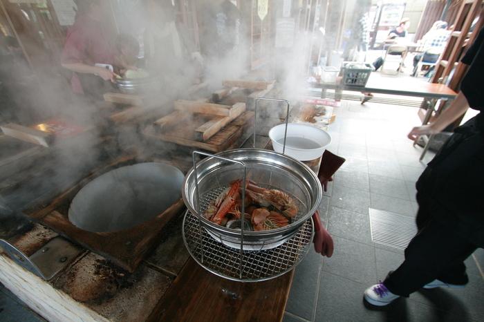 別府では温泉噴気を利用して作る「地獄蒸し料理」が大人気!肉や海鮮、野菜などを噴気で蒸してから食べる、温泉日本一の別府ならではの名物です。