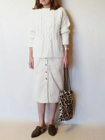 ちょっぴりハードな柄物アイテムも、柔らかで女性らしい印象のホワイトコーデに合わせれば、適度なアクセントとなりバランスの良い着こなしに。スタイリングのスパイスとなり、グッと引き締まります。