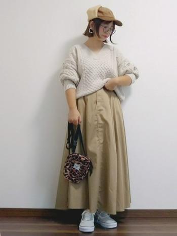 ライトベージュで作る秋のワントーンコーデは、寒々しく見えてしまわないように、ニットやコーデュロイなど素材選びにこだわりましょう。全体的にゆるっと女性らしいシルエットの着こなしに、レオパード柄を小物で取り入れてメリハリを出すと◎