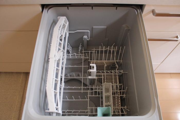 食洗機の掃除もクエン酸におまかせ!粉のまま振り入れて、洗浄ボタンを押すだけ。アルカリ性の水垢は、酸性であるクエン酸が中和してくれます。