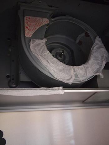 油汚れがこびりついた換気扇には重曹スプレーをキッチンペーパーにしみ込ませて貼り付けます。汚れが浮いてきたら、ブラシでこすり落としましょう。