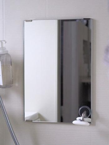 鏡の水垢汚れにもクエン酸が効果を発揮します。クエン酸水をスプレーし、キッチンペーパーで全体を覆ったあとラップをかぶせて乾かないようにします。1~2時間ほど置いたら、スポンジでこすって落とします。