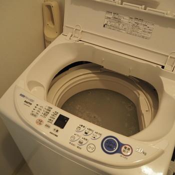 40℃~50℃のお湯を満水まで貯め、重曹を1カップ溶かし入れます。約3時間放置したあと浮いているゴミを網などですくい取り、通常の洗濯コースや洗濯槽洗浄コースで洗います。