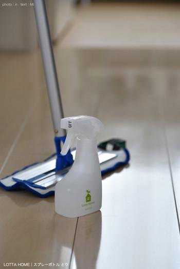 フローリングの掃除には、揮発性が高くて木を傷めにくい酢スプレーがおすすめです。ニオイが気になる方はクエン酸水のスプレーを使い、仕上げに硬く絞った雑巾などでふいて、クエン酸が残らないようにしましょう。