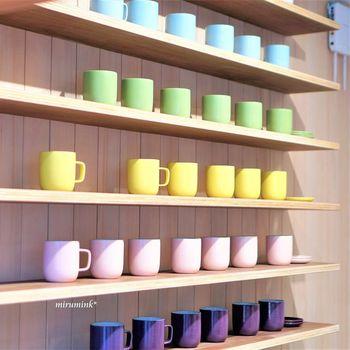 2階のショップで販売されている「洛色MUG」は、カフェのドリンク提供にも使用されているもので、コーヒーがたっぷり入る大きめサイズ。 カラフルでモダンな中にもしっかりと伝統が息づく「京焼・清水焼」です。  お土産に買って帰りたいですね。