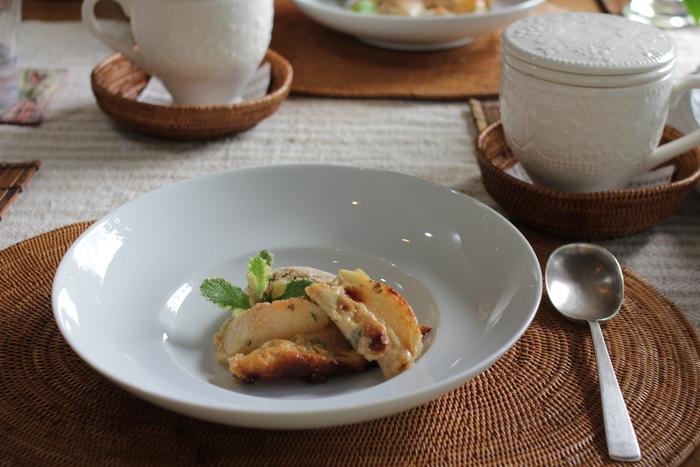 食事に使われる食器も、アンティーク。創作料理とアンティーク食器のコラボレーションも、ここならではの魅力です。自然・料理・インテリアを五感で楽しみながら、ゆっくりと流れる時間に身をゆだねてみてはいかがですか。