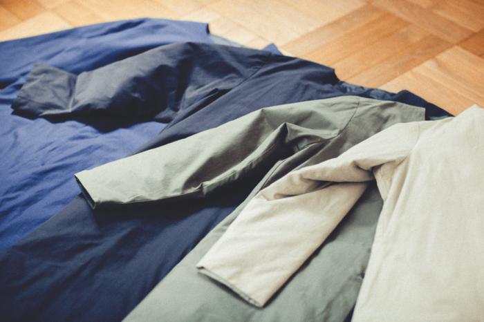 カラーは、beige(ベージュ)、khaki(カーキ)、navy(ネービー)、black(ブラック)の4色展開。 色々なお洋服とも合わせやすい優しいカラーが揃っているので、秋冬の装いに自然と馴染みます。自分の好きなカラーを選ぶのは勿論、お手持ちのワードローブと相談して、しっくり来る1着を選んでみてはいかがでしょうか…。