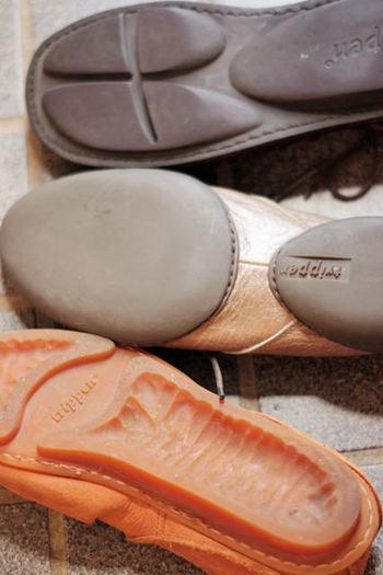 シューズのモデルによって、ソールのデザインは異なります。履き心地の良さと足の健康を考え、最も適したデザインが追求されている証です。  一足一足に込められた、職人の深いこだわりを感じますね。