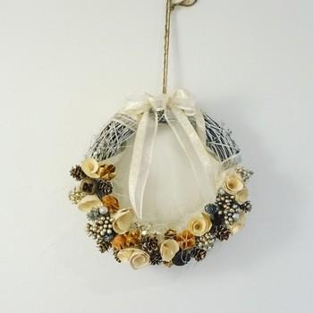 リースの枝に茶色を使わず、白を使って作っているのでナチュラルな雰囲気がより一層引き立つカラーリングに。