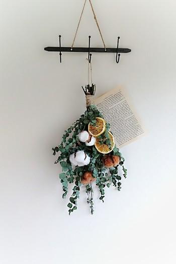 天然コットンの白と果実のオレンジをグリーンと茶色でセンスよくまとめたスワッグ。ただそこに吊るすだけで絵になる、アンティークな雰囲気が素敵です。