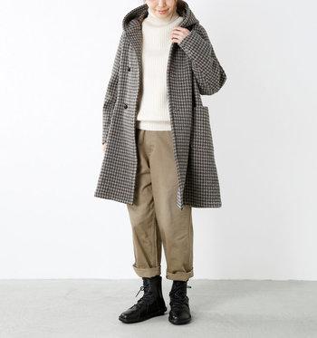 切りっぱなしのレザーを縫い合わせたような、目を惹くデザインなので、シンプルな装いで、かっこいいアクセントになってくれます。  ロールアップしたワーク風パンツをあわせて。ボーイッシュになりすぎず、クールな印象を添えてくれます。