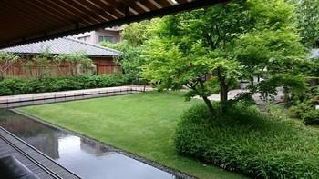 テラス席からは、閑静なお庭が望めます。お庭には江戸時代のお蔵や、小さな稲荷社も。  お天気のよい日には外に出て、降りそそぐ光とそよ風を感じながら、ゆっくり和菓子をいただくのもいいですね。