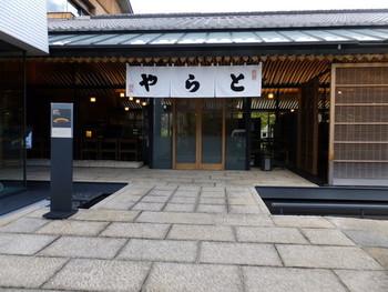 室町時代後期に京都で創業した「虎屋」は、後陽成天皇の御在位中から御所にお菓子を納めていたのだとか。  明治2年の東京遷都にともない、御所御用の菓子司として東京へ進出し、今に至ります。  そんな歴史にも思いを馳せながら、美味しい和菓子をいただいてみて下さいね。