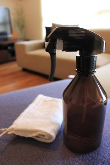重曹水を作ってスプレーボトルに入れておくと、キッチン周りをさっとお掃除したい時に便利です。重曹水は乾くと白い粉が残ってしまうので、水拭きで仕上げをしましょう。