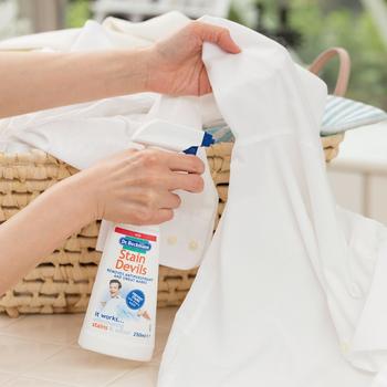もっと手軽に汚れを落としたいという人は、市販のシミ専用洗剤を使うのがおすすめ。  黄ばみ用・汗シミ用・口紅用・クレヨン用・ペンキ用・醤油用・血液用とさまざまな種類の専用シミ抜き剤が売られています。時間がない人、お気に入りの洋服の汚れをどうしても落としたい人は、専用洗剤を使ってみてはいかがでしょう。