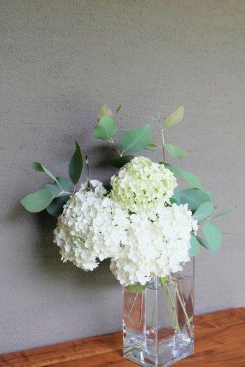小さな花がいくつも集まっているアジサイは、ひと枝生けるだけでも「同じ花をたくさん束ねた」ような存在感に映ります。グリーンにはスモーキーな色味のユーカリを添えて。