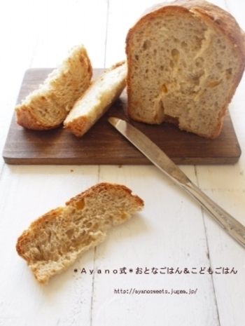 ゆずピールをアレンジした食パンはライ麦を混ぜて、ざっくりとした食感を大切にしています。素朴でちょっぴりお洒落な雰囲気でおもてなしにもぴったりです。