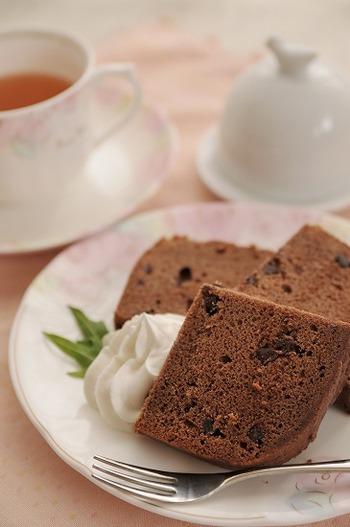 外がサクサク、中はしっとり極上のチョコケーキがホームベーカリーであっという間に出来上がります。ホイップクリームを添えたらまるでカフェでいただくケーキのようになりました。