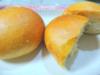 砂糖も油分も入らないシンプルなソフトフランスパンは、ディナーのお供にもおすすめのパンです。朝なら、たっぷりのサラダと一緒にいただきたくなりますね。