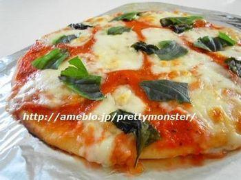 もちろんベーシックなピザも忘れてはなりません。お好みの具材をたっぷりのせて食べたら、贅沢な気分に浸れます。