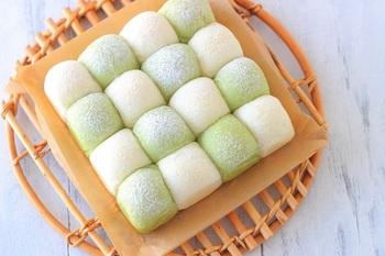よもぎパウダーでほんのり緑色になったちぎりパン。白い生地と交互にすることで格子模様に仕上がります。ほのかなよもぎの香りに惹きつけられます。