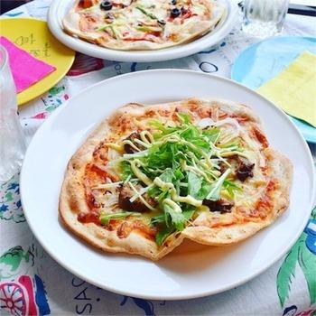 ホームベーカリーのピザ生地コースを使えば、さくさくぱりぱりのクリスピーな生地も美味しくできます。全粒粉のピザ生地はおうちならではのレシピですね。