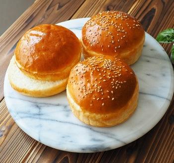 牛乳パックをカットした型を使ったハンバーガー用のバンズです。同じ大きさのバンズを作るときに、牛乳パックの型はお手軽で便利です。