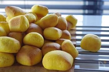 冷凍のかぼちゃを生地に混ぜ込んだかぼちゃパン。冷凍のかぼちゃを使うと水分量が安定していて、作りやすいそうですよ。
