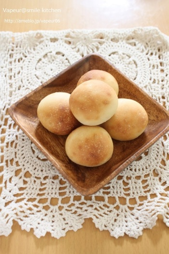 豆乳とオリーブオイルを使ったヘルシーなプチパン。お食事にもぴったりのさっぱりとした味わいです。