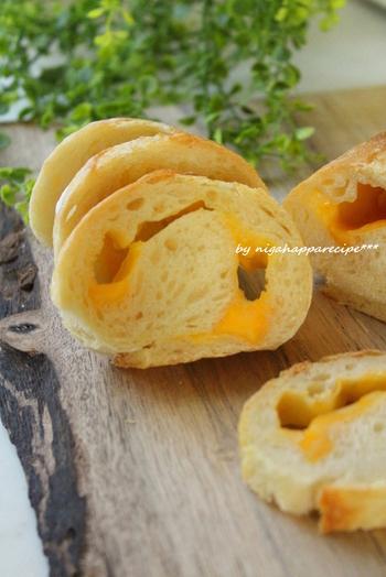 チェダーチーズを巻き込んだちょっぴり大人の雰囲気のフランスパンです。ワインにも合いそうですね。