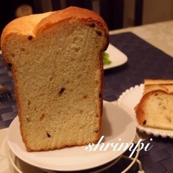 水の代わりにオレンジジュースをアレンジした食パンにはレーズンをすこし混ぜ込んでいます。甘酸っぱいアクセントが入って、まるでパン屋さんのパンのような仕上がりです。
