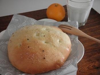 ごはんを混ぜ込むというおもしろいアレンジのフォカッチャです。シンプルなパンなので、どんなお食事にもよく合います。