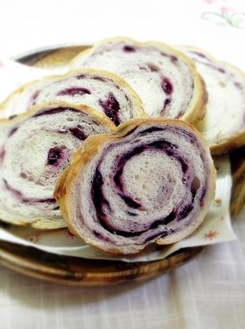 ブルーベリーのラウンドパンはうずまき模様がとてもきれいですね。ほっとひと息つきたい三時のおやつにもおすすめです。