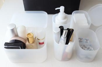 何を入れるかによって、蓋付のケースにするか、蓋のないものにするか考えましょう。背の高い化粧品はケースに入れて、ボックスに収めたまま、使えるようにしておくと利便性がアップします。