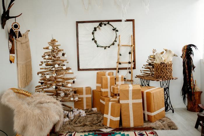 エイジングが感じられる流木だけを組み合わせたBOHO(ボーホー)スタイルも、ボタニカルな飾り付けと好相性。 木の枝や木の実のような身近にある自然を組み合わせれば、ナチュラルながらも個性的なクリスマスになりそうですね。