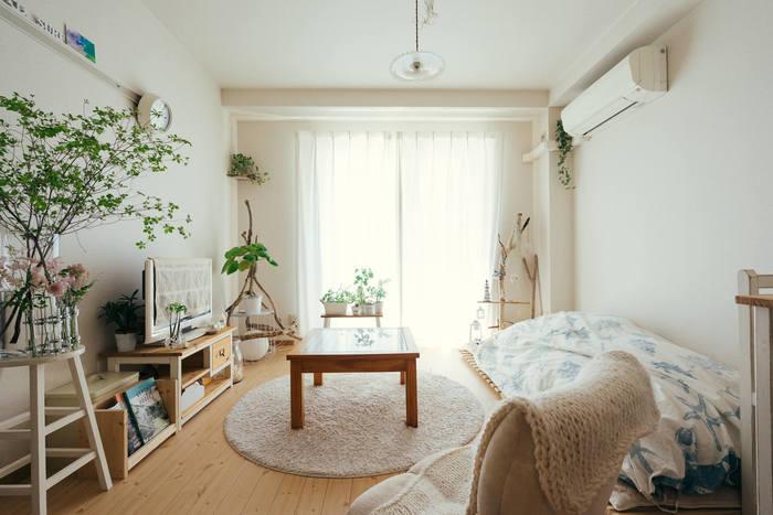 クセがなくどんなお部屋にもマッチするのが、ナチュラル&シンプルスタイルです。明るい木目のフローリングや家具、白やベージュなどのカラーリングを基調としたインテリアは、清潔感や安心感があります。観葉植物や生花との相性がよく、お部屋に飾り付けることでよりリラックスできる空間に。