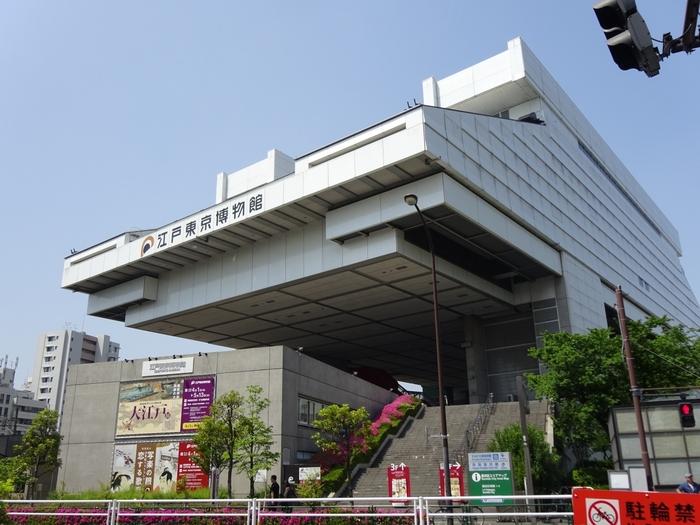 両国国技館から、建物をはさんで隣にある「江戸東京博物館」。1993年(平成5年)に開館した施設で、江戸から東京へ移り変わる歴史を学ぶことができます。分かりやすい展示ばかりなので、大人はもちろんお子さんにもおすすめ。さらっと見て1~2時間、じっくり見ると半日は楽しめます。