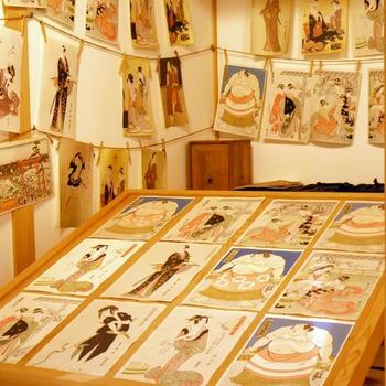 江戸時代に庶民の読み物として親しまれてきた絵草紙(えぞうし)を扱うお店の様子も再現されています。現在の本屋さんといったイメージですね。浮世絵を多色刷りした版画「錦絵(にしきえ)」なども展示されていて、見ごたえがあります。