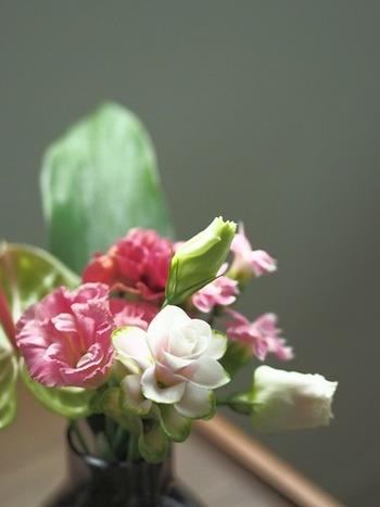 花屋さんに通う習慣がない方には、定期的にポストにお花が届く「お花の定期便」はいかがでしょう?「Bloomee LIFE」は、毎週または隔週で、アレンジされたプチブーケが届くサービス。ワンコインから始められるので、自分への小さなご褒美にもぴったり。