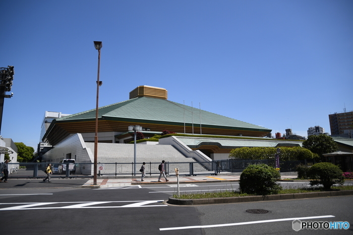 両国と言えば、相撲。墨田区では、街なかをお相撲さんが歩いているのもごく普通の風景なんです。JRの両国駅の目の前、また都営大江戸線の両国駅からは歩いて5分ほどのところにある「両国国技館」は、年6回行われる大相撲本場所のうち、1月、5月、9月場所の計3回が開催されます。