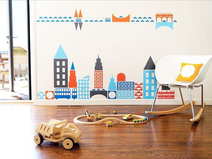 """小さいお子さんがいらっしゃるご家庭では、""""壁紙のお絵かき""""でお悩みの方も多いはず。そんな時には、簡単に壁に貼ってはがせる「落書きシート」などを活用してみてはいかがでしょうか。また、子供部屋をおしゃれにデコレーションしたい時には、写真のような「ウォールステッカー」がおすすめです。何度でも貼り直すことができるので、ステッカーのレイアウトやデザインを変えてお部屋をイメージチェンジできますよ。"""
