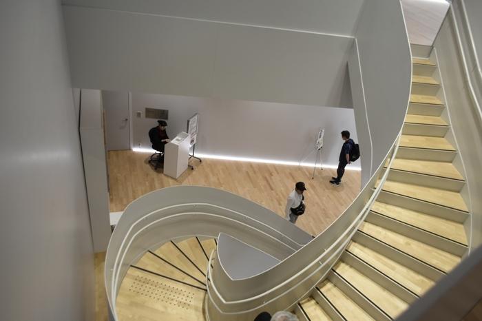 地上4階、地下1階の館内はスタイリッシュなデザイン。タッチパネルや高精細画面モニターで錦絵を鑑賞できるコーナーなどもあり、楽しみながら北斎の歴史に触れることができます。
