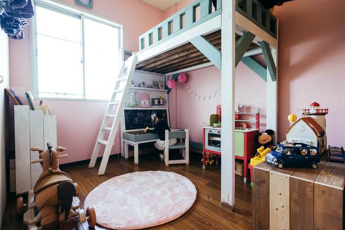 こちらは子供部屋に大きなロフトを配した、遊び心溢れる素敵なキッズルームです。ピンクをベースに、白とグリーンをアクセントにしたやわらかい色使いが、女の子らしくて可愛い雰囲気ですね。ロフトの下にはデスクを配置して、お絵描きしたり本を読んだりできるスペースに。ロフト・デスク・遊ぶ空間に分かれた、メリハリのあるレイアウトが印象的です。