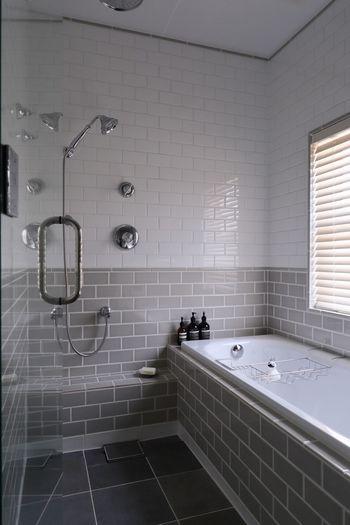 カビ取り剤を使う場合は、浴室が乾いている時にスプレーするのが効果的。使用後はしっかり洗い流して十分に換気をしましょう。