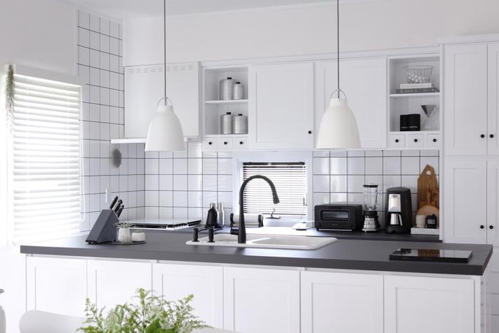 キッチンはまず汚れが飛び散らないための防御から。シンク周りやコンロ周りに食器や調味料などが出ていたら、いったん別の場所に移しましょう。この時、ずっと使っていない調味料や棚の中で眠りっぱなしの消費期限切れ製品をチェックして処分を!