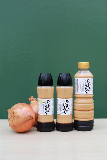 """福岡の町で、手作りドレッシング「たまっしんぐ」を製造販売している「かなえ工房」さんからは、フレッシュな玉ねぎのうまみを活かしたやさしいドレッシング""""たまっしんぐ""""をご紹介したいと思います。 玉ねぎの自然なうまみがぎゅっと凝縮、和風味でどんなお料理とも相性抜群!お子さまにもとても人気があるんだそうです。保存料や酸化防止剤などの添加物は極力排除し、体に優しい味わいを届けてくれています。 サラダや温野菜は勿論、湯豆腐、餃子、とんかつ…あらゆるお料理におすすめです!"""
