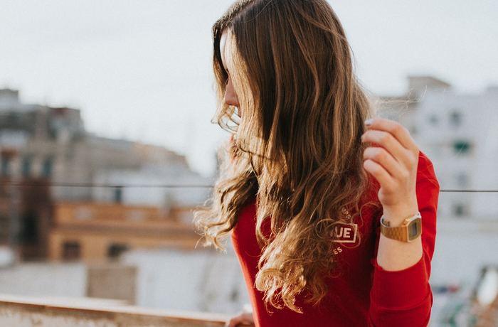 周りが羨むほどの素敵な人でもコンプレックスを持っているのは、このことが深く関わっていることが多いです。  他の人にどんなに素敵だと言われても、もともと自分に自信が持てない方は、あらゆる物事を真っ直ぐに受け取ることが難しいのです。「賞賛」ですら時に「嫌味」に聞こえてしまうこともあり、ますます自分のコンプレックスを責めてしまう場合も。自分に自信がない方は大概ネガティブ思考のため、コンプレックスを持っている方が多いといわれています。
