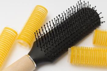 カーラーの表面がマジックテープのようになっている「マジックカーラー」。コテやアイロンのように高温による熱のダメージがなく、ドライヤーの温風をあてるだけで巻き髪がキープできる優れもの。初心者さんでも気軽に使える便利な巻き髪アイテムです。